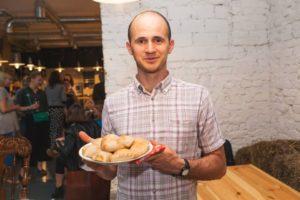 мужчина держит тарелку с пирожками