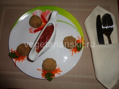 сыроедческие тефтели с томатной подливой