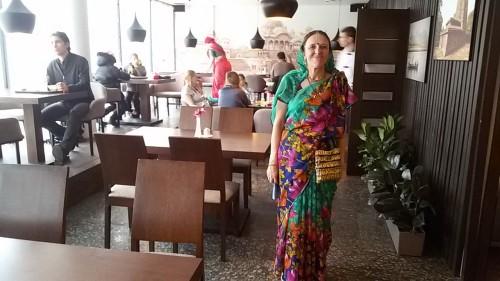 индийская женщина в кафе