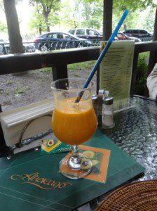зеленый коктейль сельдерея моркови и помидор