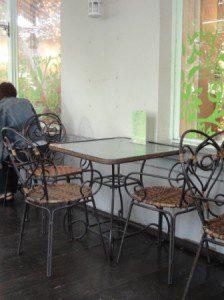у кафе Авокадо на Чистых прудах в Москве