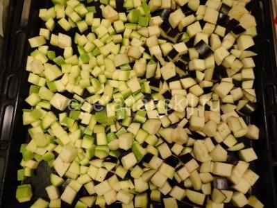 Резанный кубиками кабачок для веганского рататуя